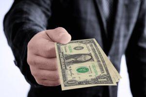 пари на ръка